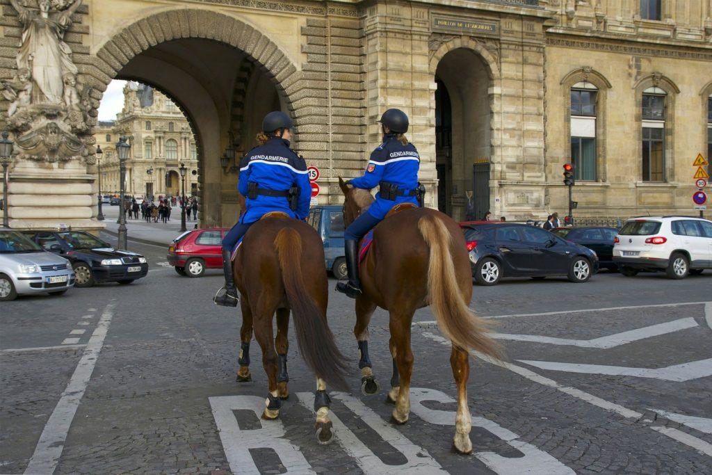 パリ 警察