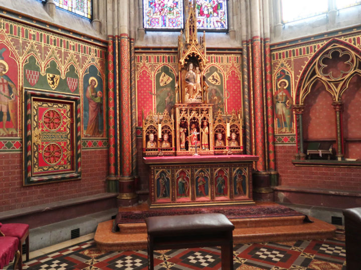 軸礼拝堂の新ゴシック様式調度品