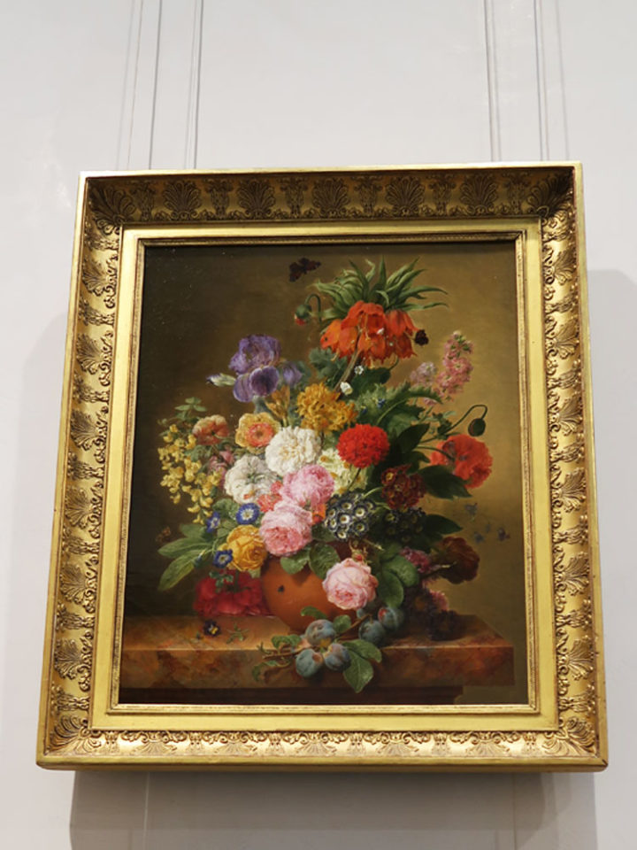 fleur dans un vase et blanche de prunier sur une table de marbe