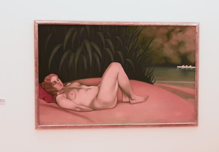 Femme nue dormant au bord de l'eau