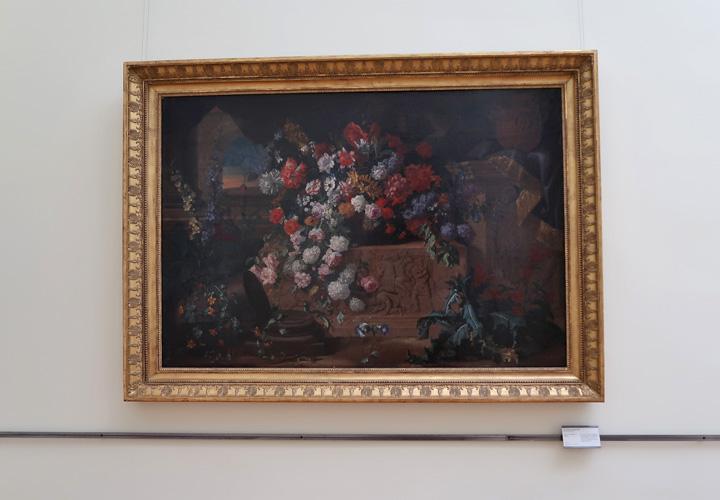 Fleurs et bas relief antique