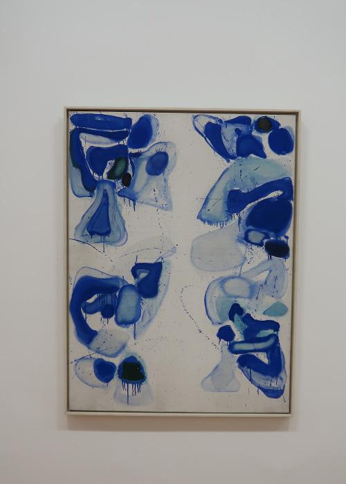 Composition bleue sur fond blanc